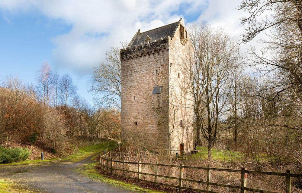 Braidwood Castle (also known as Hallbar Tower) in Carluke, Clyde Valley, sleeps 5 people